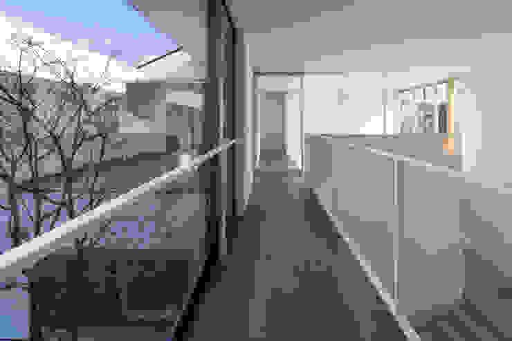 The House creates open land scape Kenji Yanagawa Architect and Associates モダンスタイルの 玄関&廊下&階段