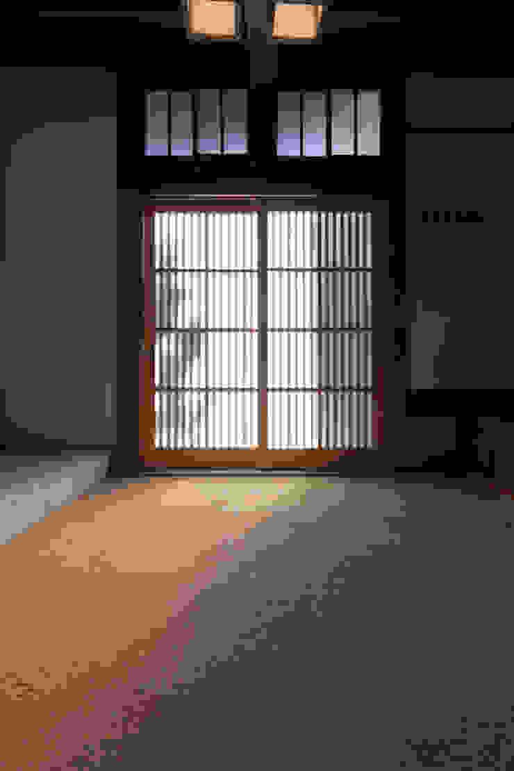 伝統のしつらえと、モダンライフの融合: 吉田建築計画事務所が手掛けたクラシックです。,クラシック