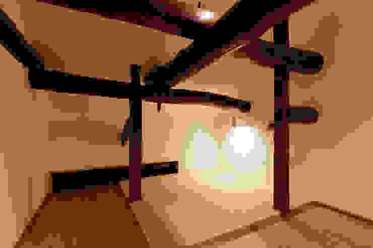 伝統のしつらえと、モダンライフの融合 クラシックデザインの 多目的室 の 吉田建築計画事務所 クラシック