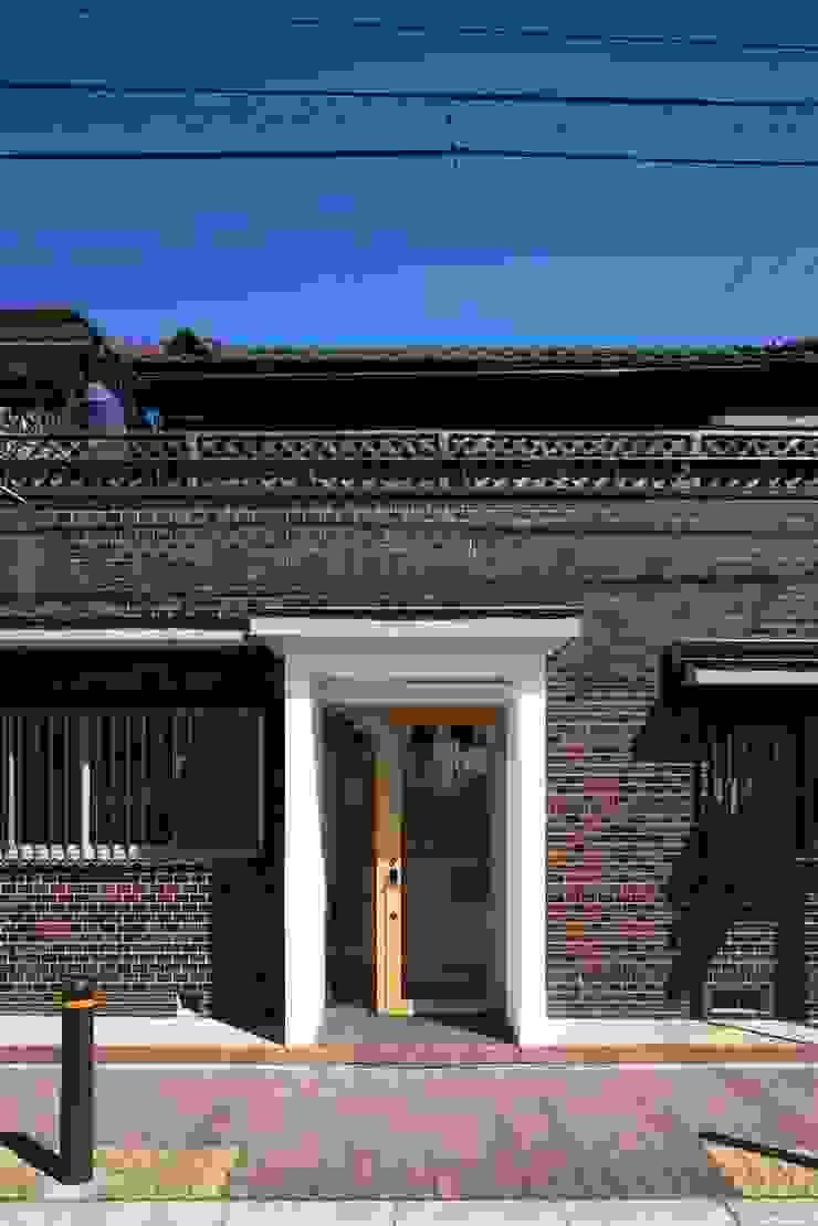 外観: 株式会社 藤本高志建築設計事務所が手掛けた現代のです。,モダン