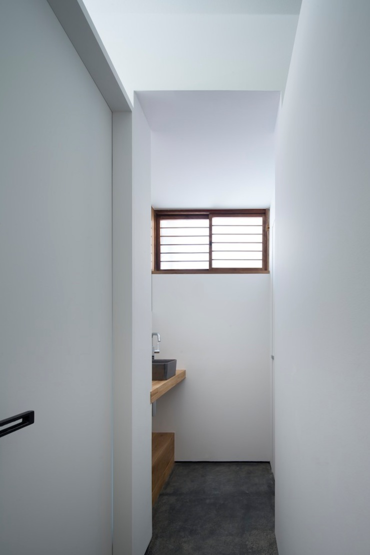 手洗室: 株式会社 藤本高志建築設計事務所が手掛けた現代のです。,モダン