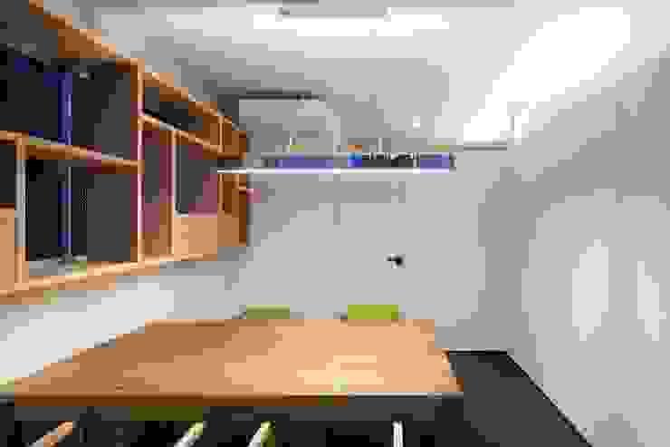応接室: 株式会社 藤本高志建築設計事務所が手掛けた現代のです。,モダン