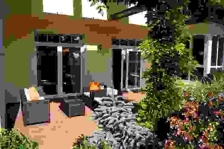 Terrasse NACHHER Moderner Balkon, Veranda & Terrasse von HomeStagingDE Modern