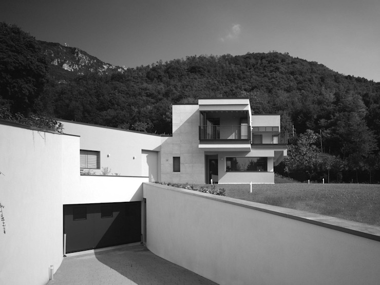 Fronte sud e ingresso al piano interrato Case moderne di boschi + serboli architetti associati Moderno