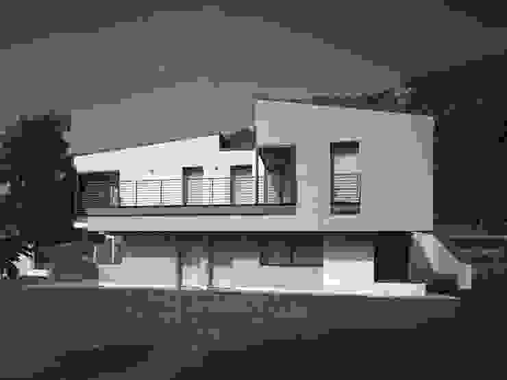 Fronte est Case moderne di boschi + serboli architetti associati Moderno