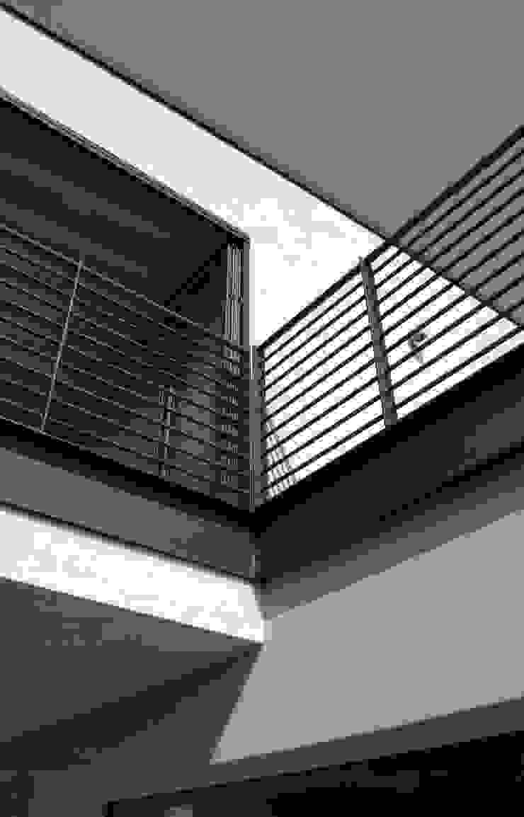 Collettore solare e terrazza Balcone, Veranda & Terrazza in stile moderno di boschi + serboli architetti associati Moderno