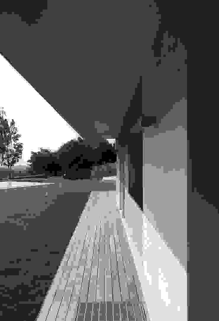 Percorso coperto del fronte est Case moderne di boschi + serboli architetti associati Moderno