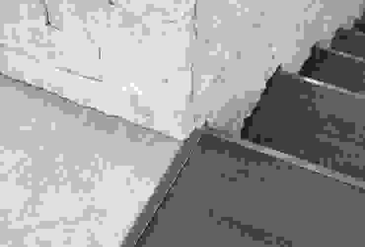 utilizzo della pietra locale con lavorazioni differenti Case moderne di boschi + serboli architetti associati Moderno