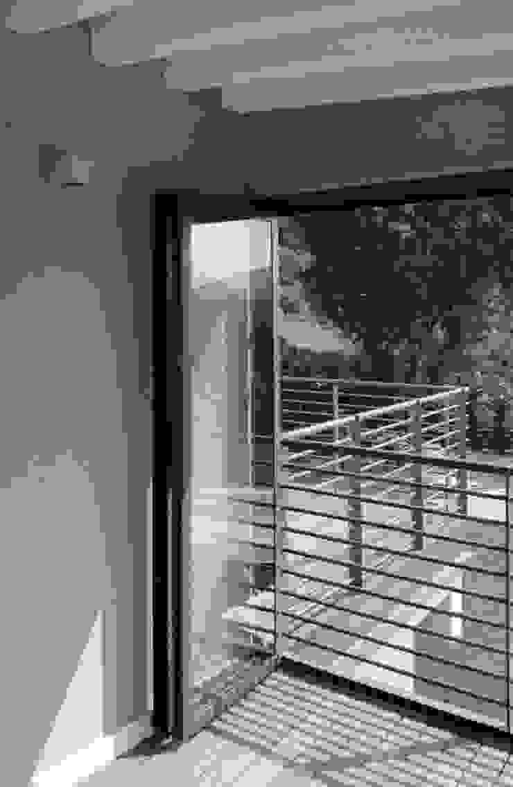 Elemento per l' accumulo solare indiretto, piano primo Case moderne di boschi + serboli architetti associati Moderno