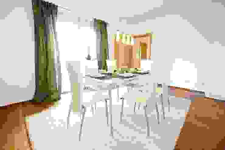 Salle à manger moderne par HomeStagingDE Moderne