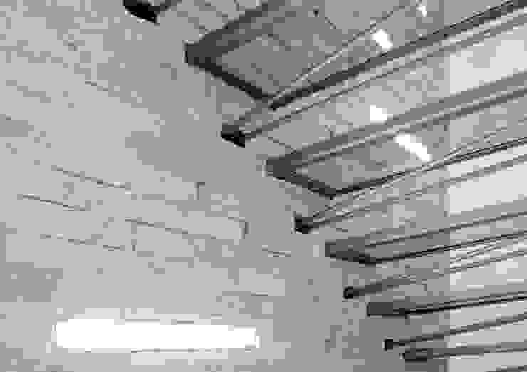 Collegamento verticale Ingresso, Corridoio & Scale in stile moderno di boschi + serboli architetti associati Moderno
