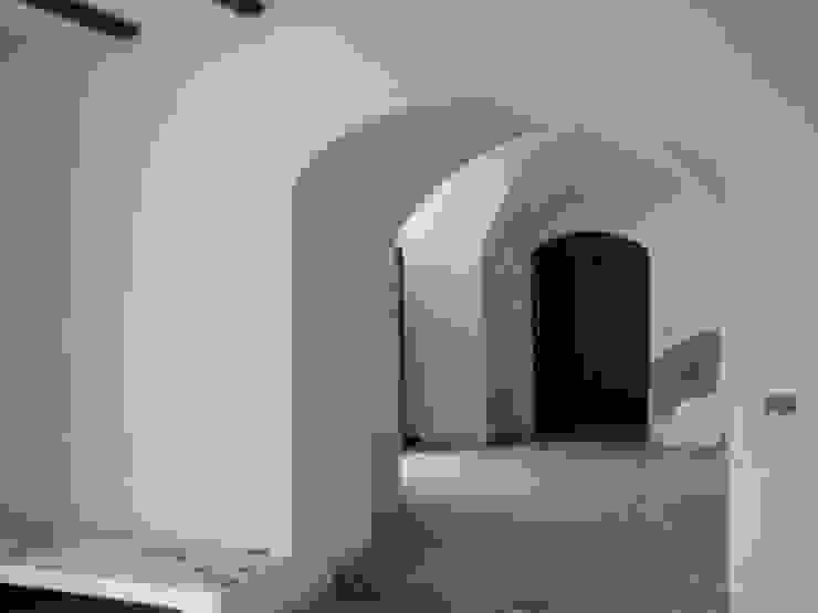 casa dentro le mura_ante operam Ingresso, Corridoio & Scale in stile mediterraneo di laboratorio di architettura - gianfranco mangiarotti Mediterraneo
