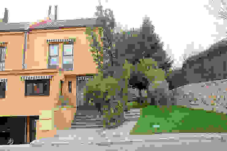 Fachada reformada Casas de estilo mediterráneo de Sabimad Proyectos y Obras Mediterráneo