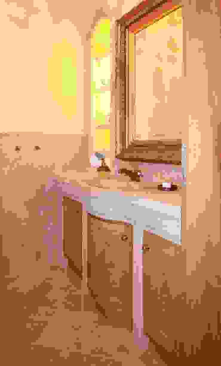 Natursteinwaschtisch mit Waschtischmöbel in Eiche Badezimmer im Landhausstil von weitz. Landhaus