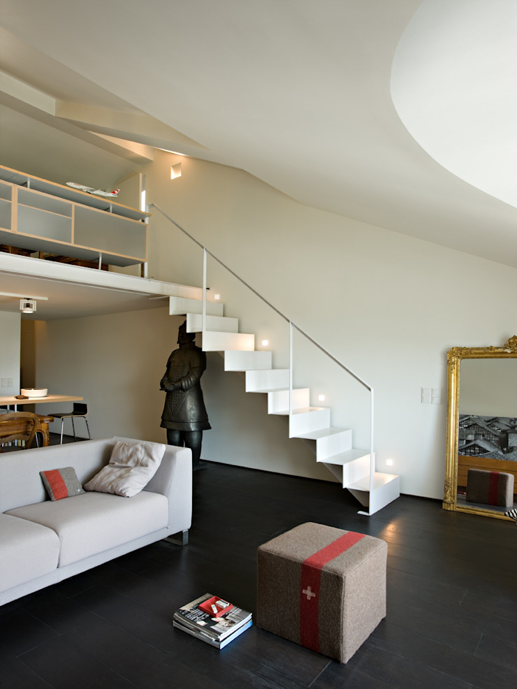 Staircase in the apartment guests—private villa Modern Corridor, Hallway and Staircase by Ni.va. Srl Modern Metal