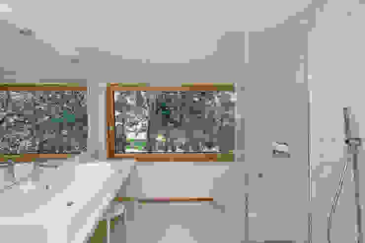 Casa sul lago di Bracciano Bagno in stile mediterraneo di laboratorio di architettura - gianfranco mangiarotti Mediterraneo