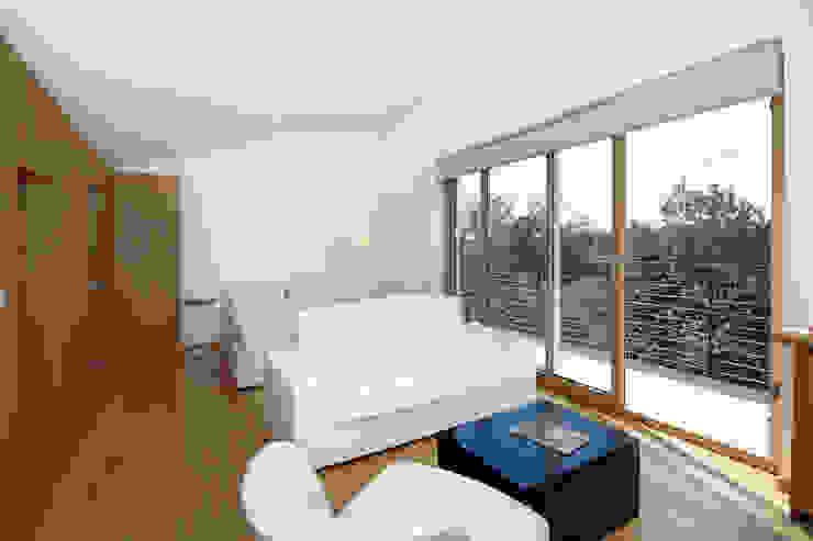 Casa sul lago di Bracciano Soggiorno in stile mediterraneo di laboratorio di architettura - gianfranco mangiarotti Mediterraneo