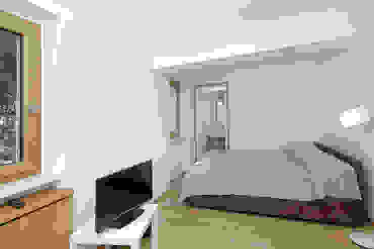 Casa sul lago di Bracciano Camera da letto in stile mediterraneo di laboratorio di architettura - gianfranco mangiarotti Mediterraneo