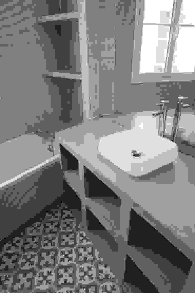 Minimalist bathroom by Camille Hermand Architectures Minimalist