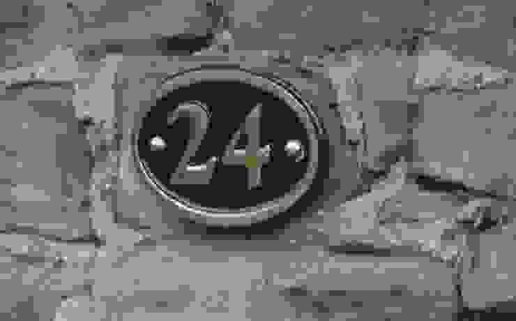 Número de casa de latón de The House Nameplate Company Clásico