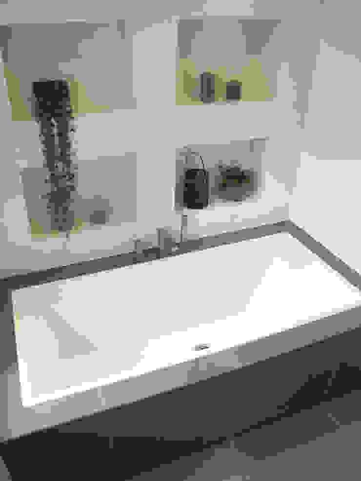 Mariage du béton et du carrelage Salle de bain moderne par INSIDE Création Moderne