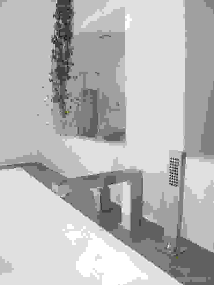 Niche en béton ciré blanc Salle de bain moderne par INSIDE Création Moderne