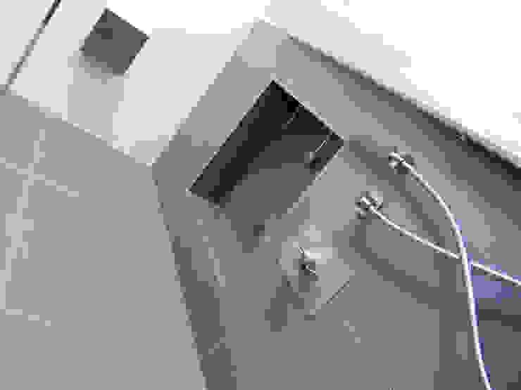 Plafonnier de douche Salle de bain moderne par INSIDE Création Moderne