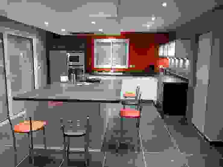 Cuisine avec hotte de plafond Cuisine moderne par TORRES MOULIN Moderne