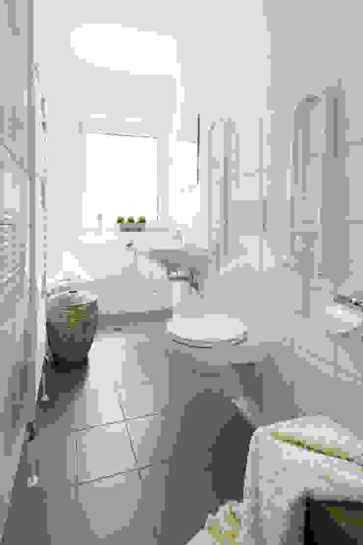 Baños de estilo moderno de Luna Homestaging Moderno