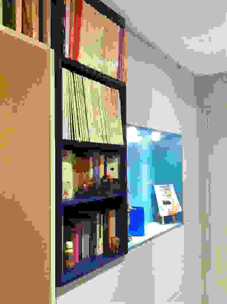 Création de rangements sur mesure dans une entrée Couloir, entrée, escaliers modernes par HOME feeling Moderne