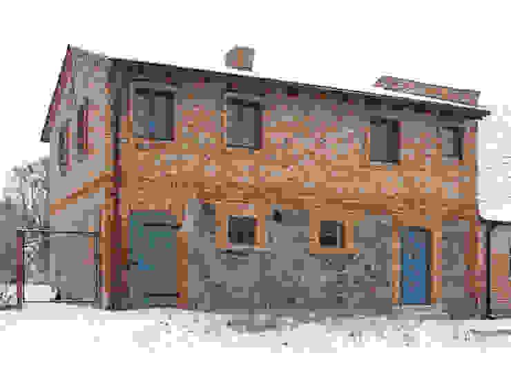 Straßenansicht Rustikale Häuser von Gabriele Riesner Architektin Rustikal