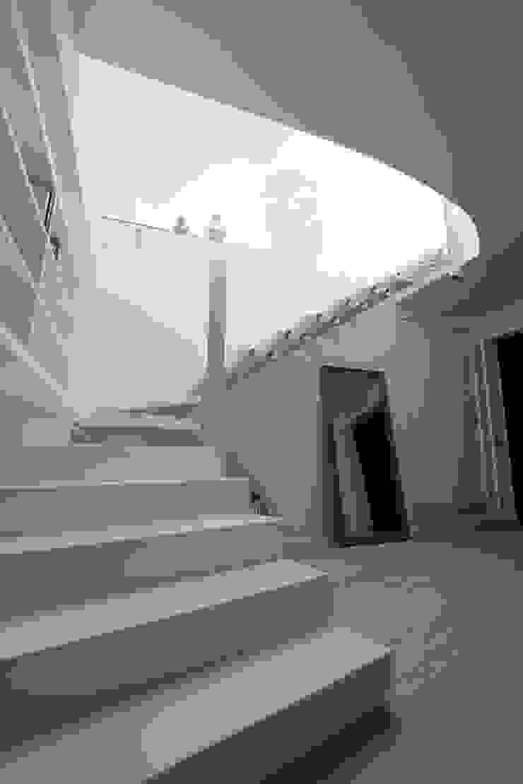 Gimmigi Lab Architettura Modern corridor, hallway & stairs