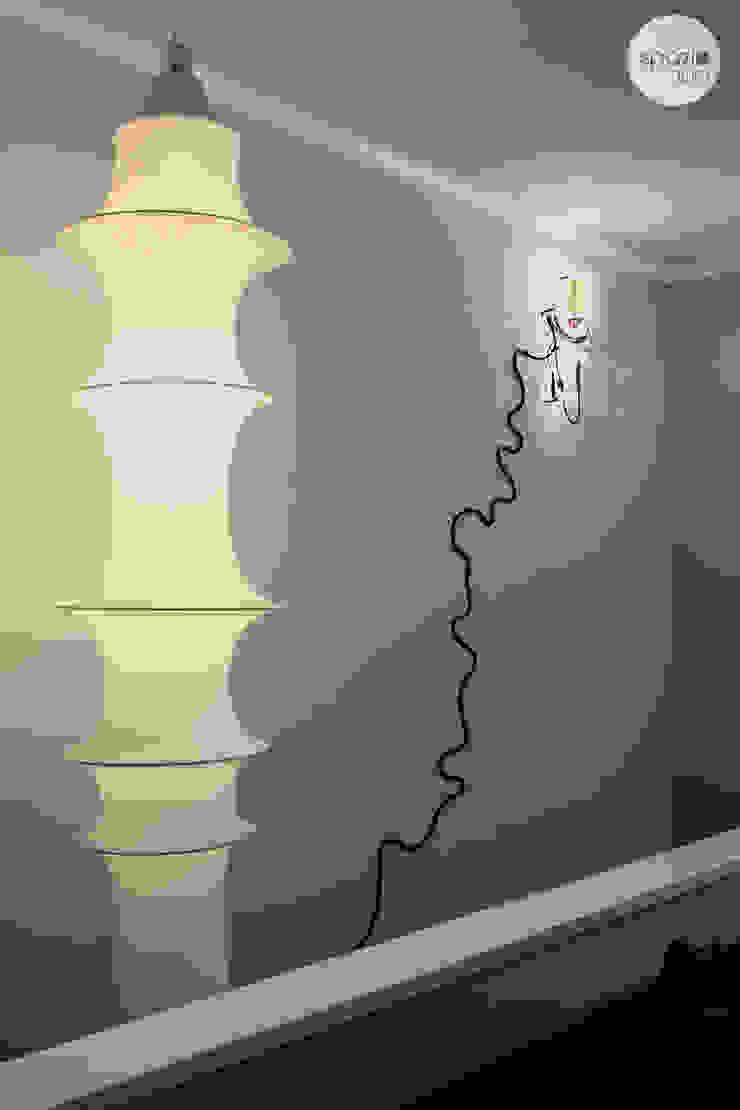 La parete delle scale Soggiorno moderno di Spazio 14 10 di Stella Passerini Moderno
