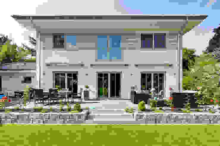 Modern houses by LUXHAUS Vertrieb GmbH & Co. KG Modern