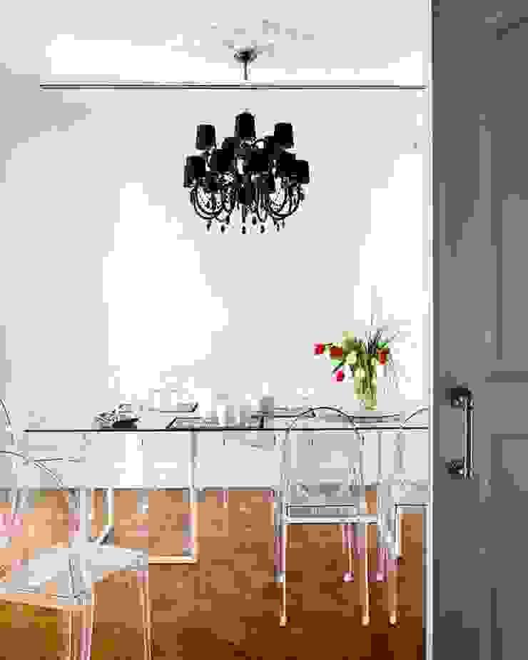 floating presence... Casas de estilo clásico de nikohl cadeau interiors Clásico