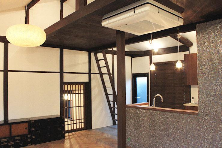 Salones de estilo clásico de あお建築設計 Clásico