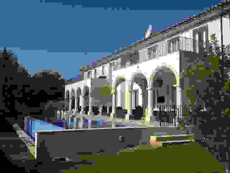 KJ Piscinas de estilo mediterráneo de Fincas Cassiopea Group / FCG Architects Mediterráneo