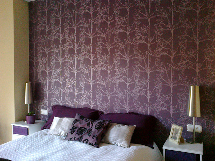 Empapelar el cabecero de cama en púrpura y plata Fotos de Decoración y Diseño de Interiores de SERRANOS Studio