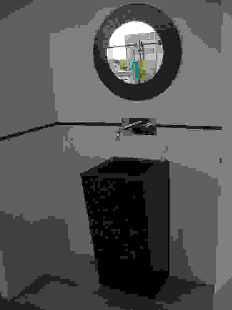 Lavabo diseñado a medida de Silestone Baños de estilo moderno de SERRANOS Studio Moderno