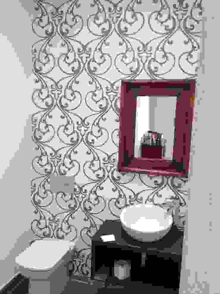 reforma de aseo con papel vinílico Baños de estilo moderno de SERRANOS Studio Moderno