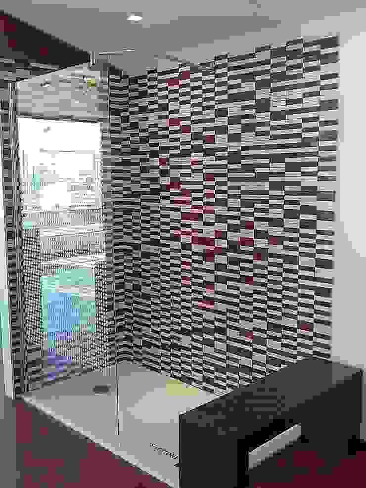 Plato de ducha y alicatado de Silestone Baños de estilo moderno de SERRANOS Studio Moderno