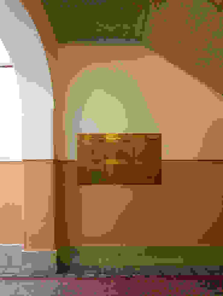 Pasillos, vestíbulos y escaleras de estilo clásico de Gabriele Riesner Architektin Clásico