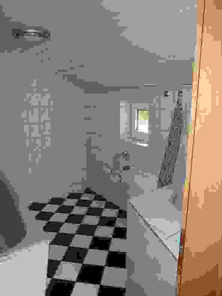 ALTES BADEZIMMER Wohnzimmer im Landhausstil von neue innenarchitektur Landhaus