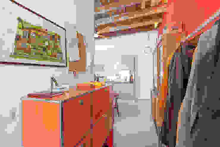 Pasillos, vestíbulos y escaleras de estilo industrial de Matteo Fieni Architetto Industrial