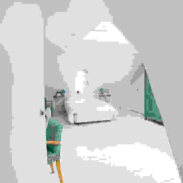 Pasillos, vestíbulos y escaleras eclécticos de Christèle BRIER Architechniques Ecléctico