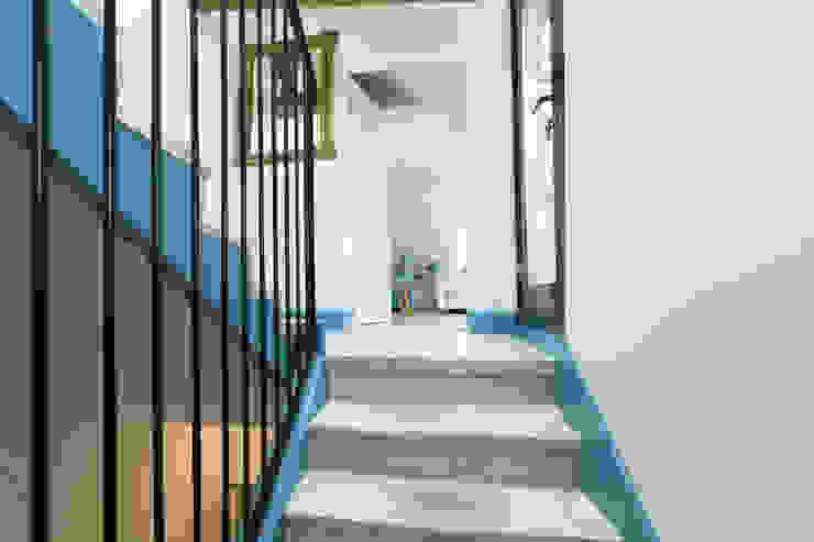 Escalier vers 3e étage - chambre parentale et terrasse Couloir, entrée, escaliers originaux par Christèle BRIER Architechniques Éclectique