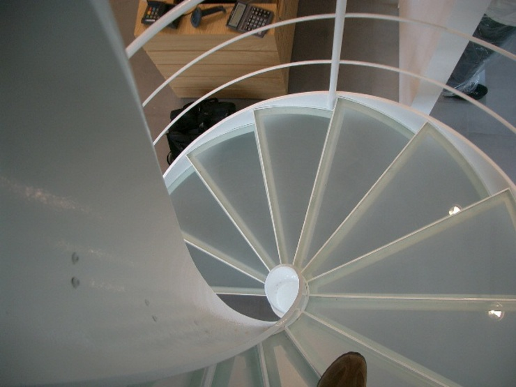Helicoidal staircase by Ni.va. Srl Modern
