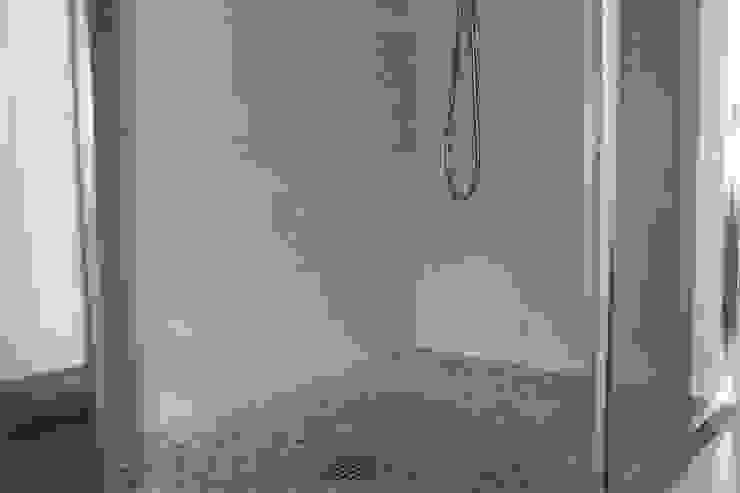 Phòng tắm phong cách hiện đại bởi Alex Cesaretti Architecture Hiện đại