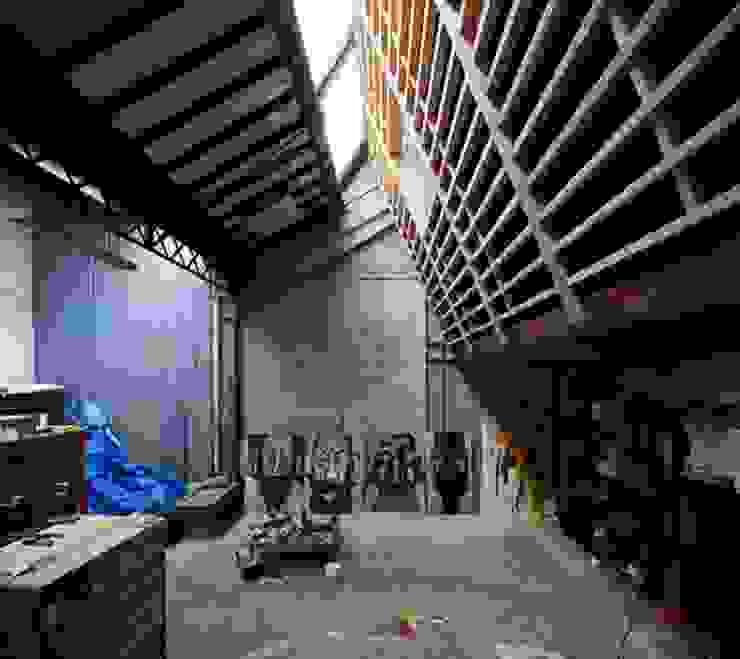 REHABILITATION D'UN HANGAR EN LOGEMENT Salon industriel par JBFA-ATELIER CAIROS Industriel