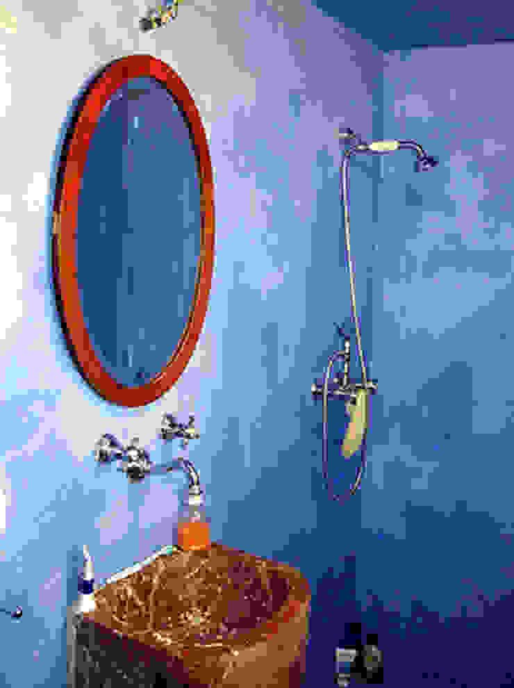 Baño con lavabo de mármol de Anticuable.com Mediterráneo